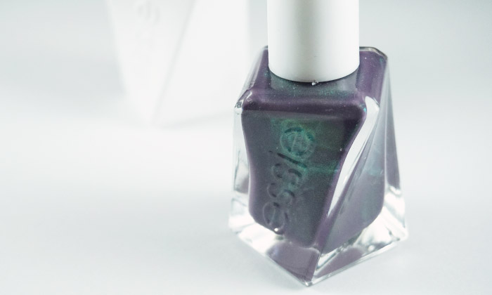picture of the bottle of essie twill seeker and the gel couture topcoat